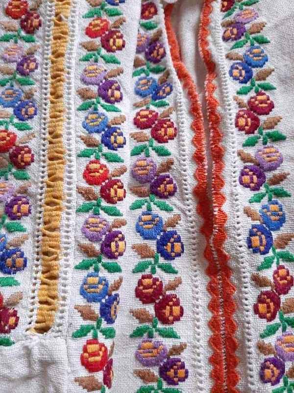 Ще одна мережка шабак в патріотичних кольорах в оздобленні манжету жіночої сорочки з Буковини. Першоджерело фото не збереглось.